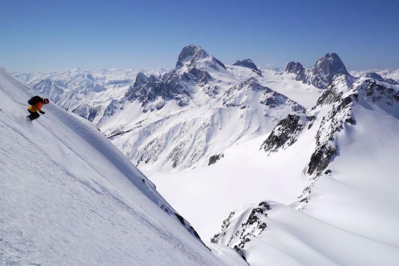 CMH-Cariboos-entes-raides-Single-Skier-Steep-Terrain-Andrew-Wexler-1